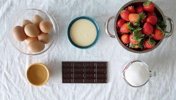 6-Ingredient Strawberry Flan ingredients